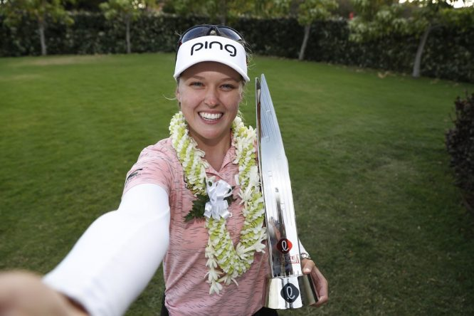 Brooke Henderson posa con el trofeo de campeona. © LPGA