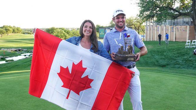 Corey Conners posa con su mujer, el trofeo del Valero Texas Open y la bandera de Canadá. © PGA Tour