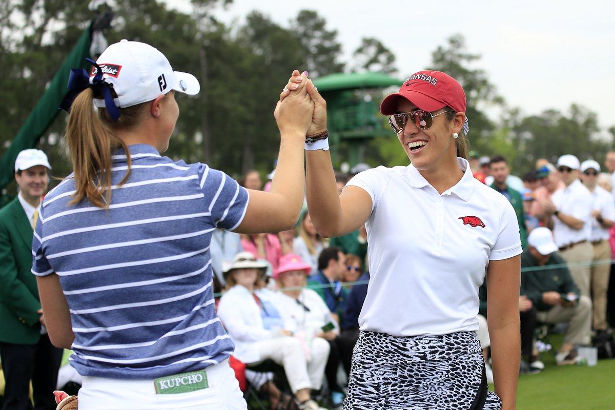 María Fassi y Jennifer Kupcho se saludan antes de salir a jugar la última ronda en Augusta. © ANWA