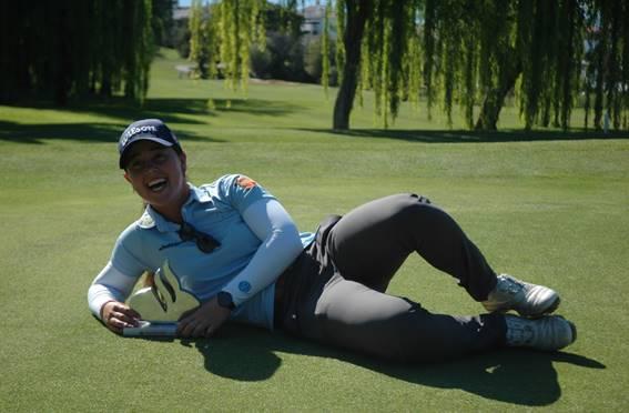 Nuria Iturrios posa con el trofeo de campeona en Lauro Golf.