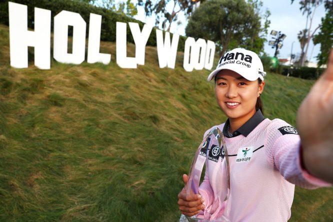 Minjee Lee posa con el trofeo de campeona en Los Ángeles. © LPGA