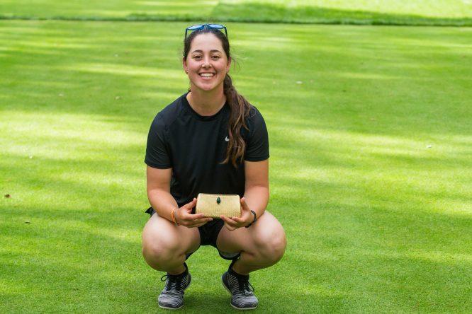 Nuria Iturriós posa con el trofeo de campeona en el Lalla. © Tristan Jones