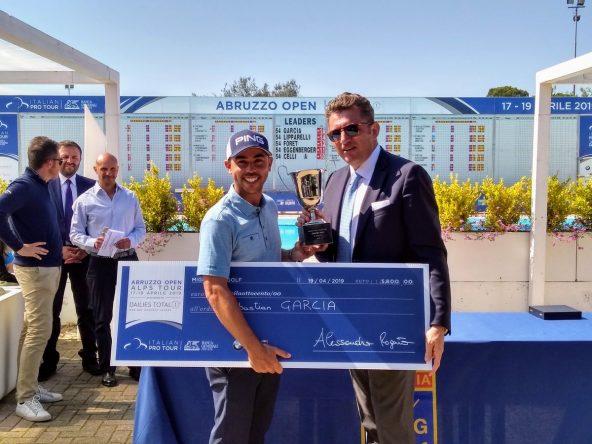 Sebastián García Rodríguez posa con el trofeo y el cheque de campeón. © Alps Tour