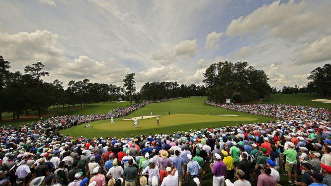 Tiger Woods, Jon Rahm y Haotong Li, en el green del hoyo 2 del Masters. © Augusta National
