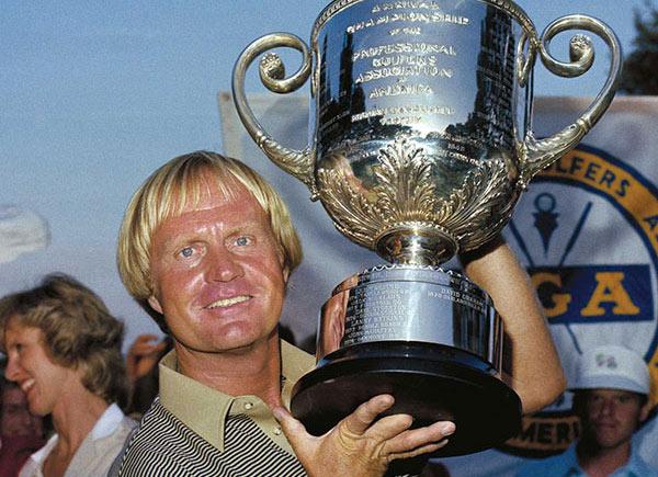 Jack Nicklaus con su trofeo de ganador del PGA Championship 1980.