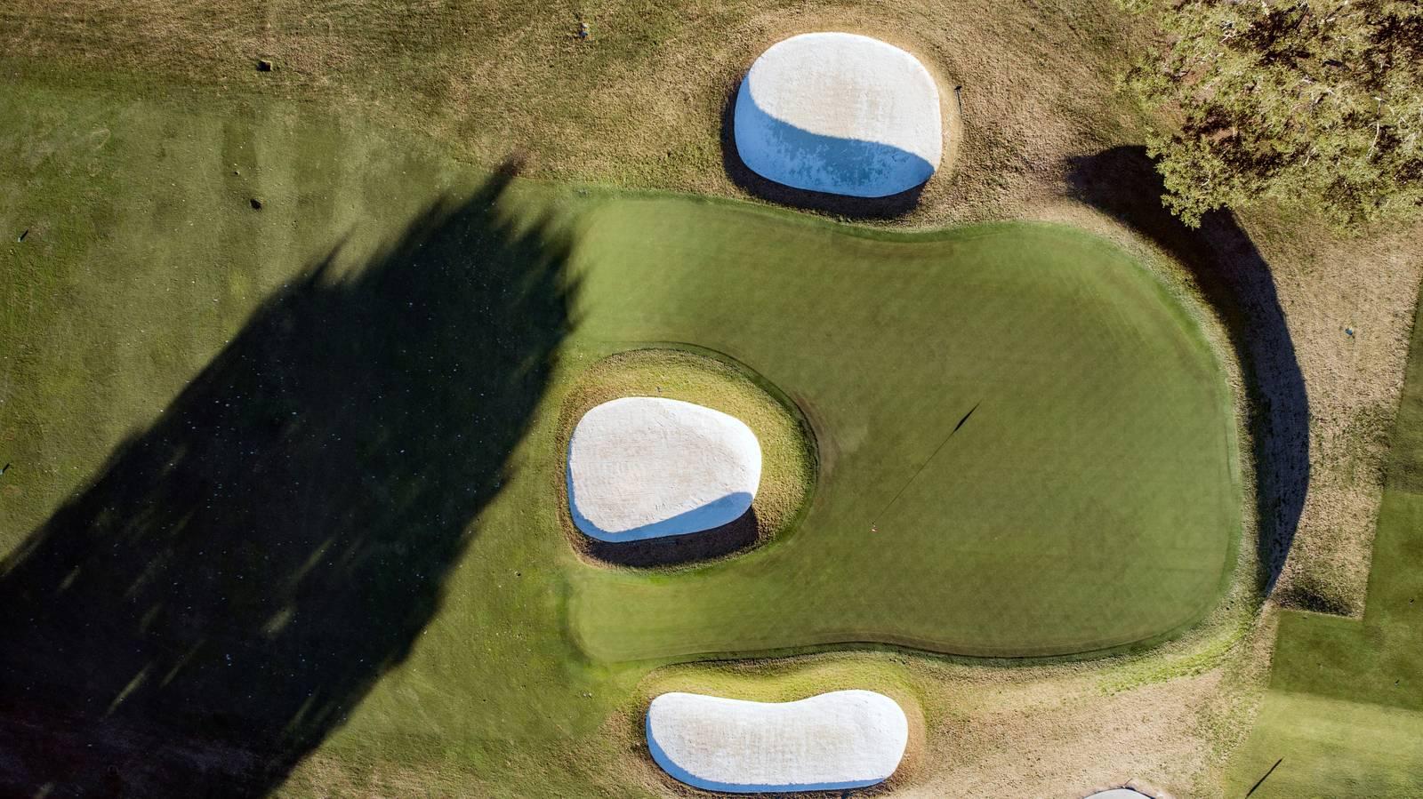 El green del hoyo 16 en herradura es otra de las curiosidades del Country Club of Charleston.