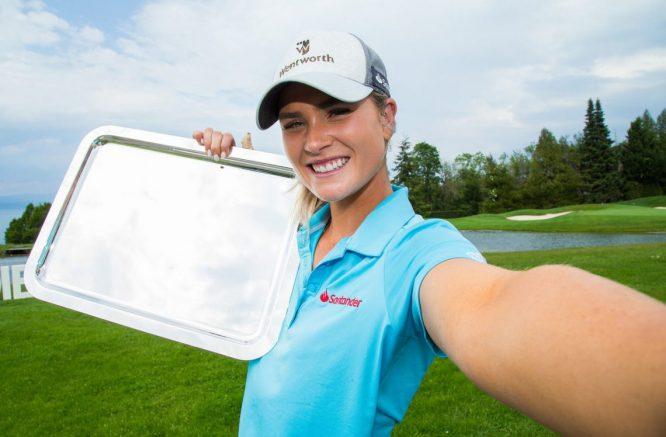 Annabel Dimmock se hace un selfie con el trofeo en el Jabra.