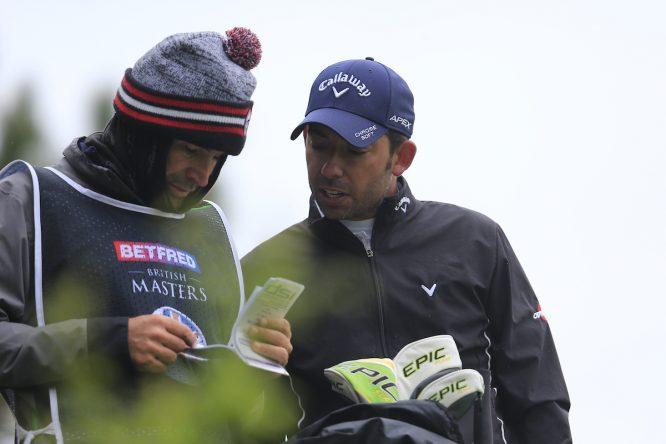 Pablo Larrazábal y su caddie Raúl Quirós en el British Masters. © Golffile | Fran Caffrey