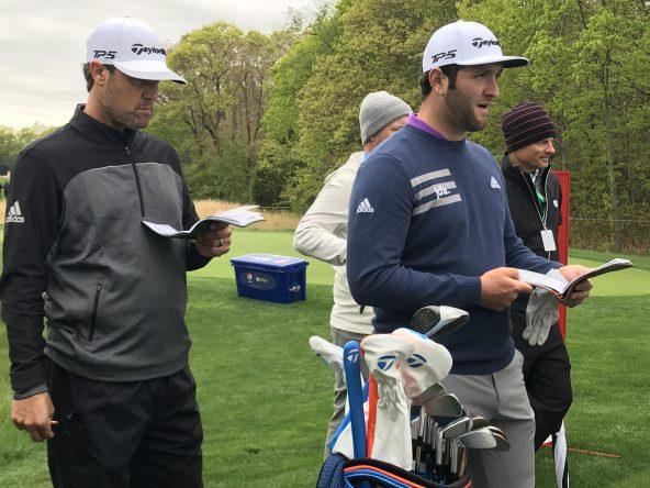 Jon Rahm y Adam Hayes, hoy durante la ronda de prácticas. © JMC