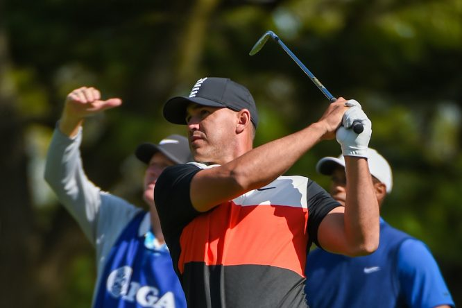 Brooks Koepka, ante la mirada de Tiger. © Golffile | Ken Murray