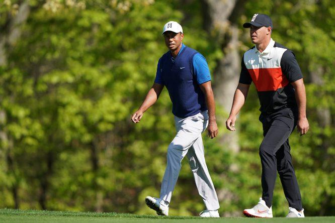 Tiger Woods y Brooks Koepka durante la ronda del jueves en Bethpage Black. © Golffile | Fran Caffrey