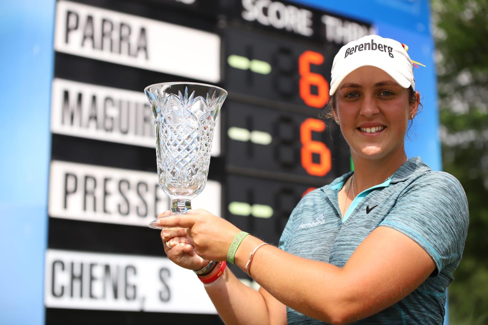 María Parra sonríe con el trofeo de campeona del IOA Invitational. © Symetra Tour