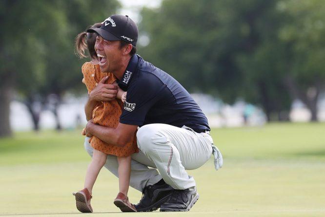 Kevin Na celebra con su hija la victoria en el Charles Schwab Challenge. © PGA Tour