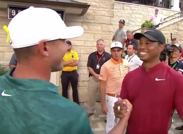 Koepka, felicitando a Tiger tras ganar el Masters