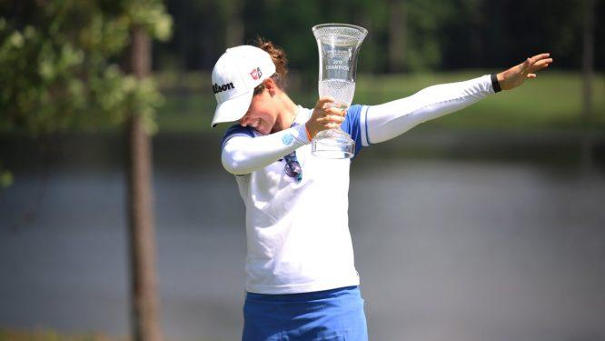 Nuria Iturrios celebra la victoria en el torneo de Nancy Lopez con el trofeo en la mano. © Symetra Tour