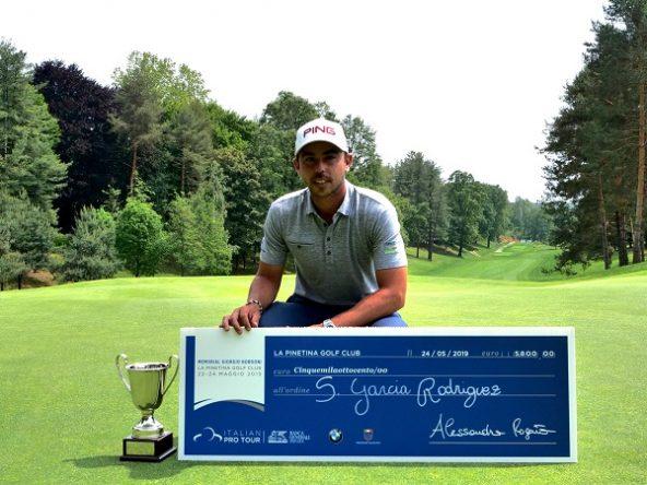 Sebastián García Rodríguez posa con el trofeo y el cheque del campeón. © Alps Tour