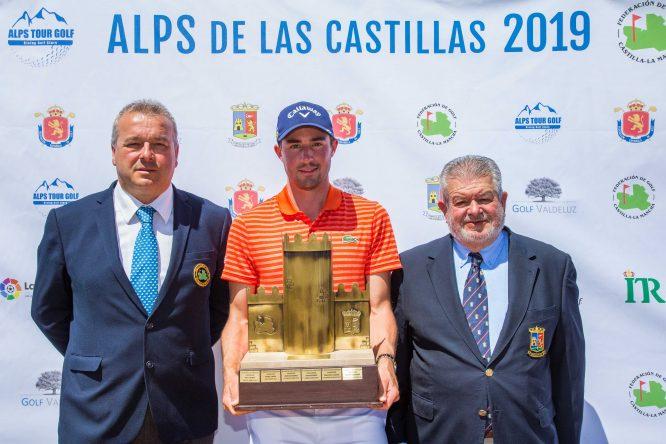 Frederic Lacroix posa con el trofeo de campeón en el Alps Las Castillas. © Tristan Jones