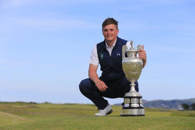 James Sugrue posa con el trofeo de campeón del British Amateur. (© Golffile | Fran Caffrey)