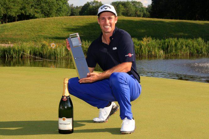 Andrea Pavan posa con el trofeo de ganador del BMW International Open. © Golffile | Thos Caffrey