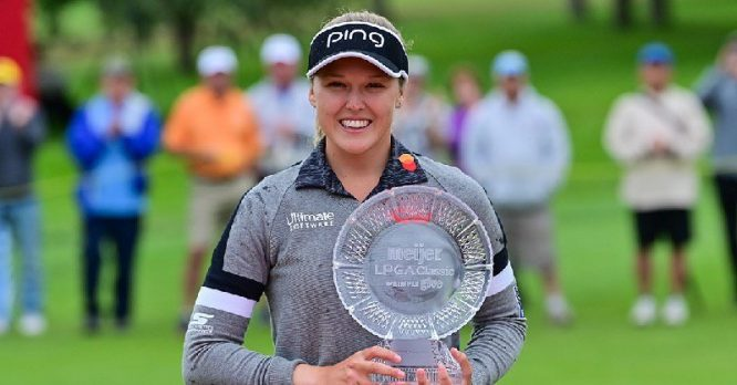 Brooke M. Henderson posa con el trofeo de ganadora del Meijer LPGA Classic. © LPGA