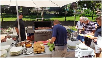 La primera comida fue una extraordinaria barbacoa en los jardines del Balneario de Mondariz.