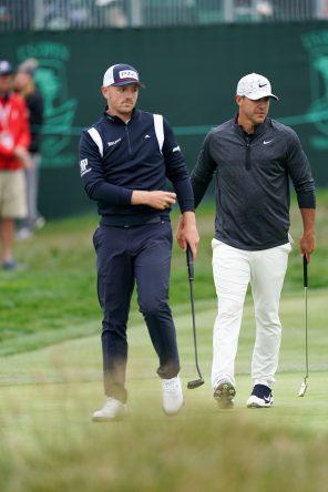 Matt Wallace y Brooks Koepka en el green del hoyo 17 durante la tercera jornada del US Open 2019. © Golffile | Fran Caffrey