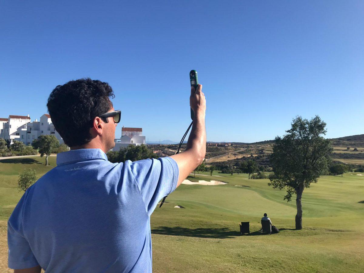 Fede Paez, director del torneo, mide el viento en el green del hoyo 18. © Tengolf