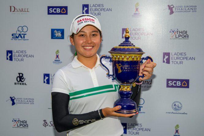 Atthaya Thitikul posa con el trofeo de campeona. © Tristan Jones