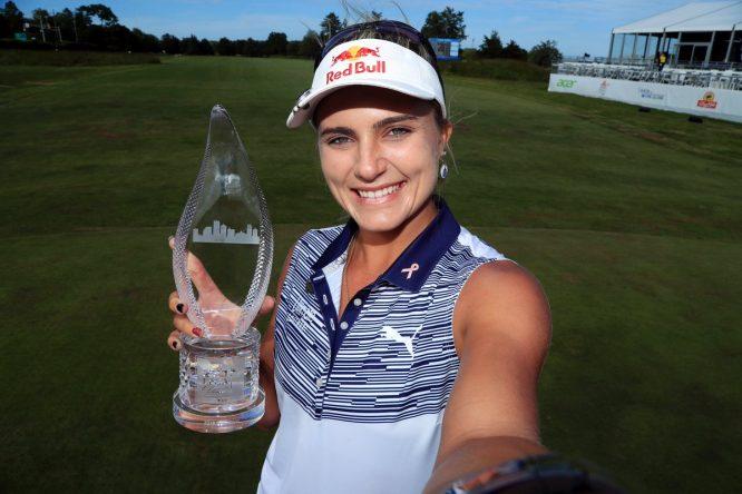 Autofoto de Lexi Thompson con el trofeo de ganadora del Shoprite LPGA Classic.