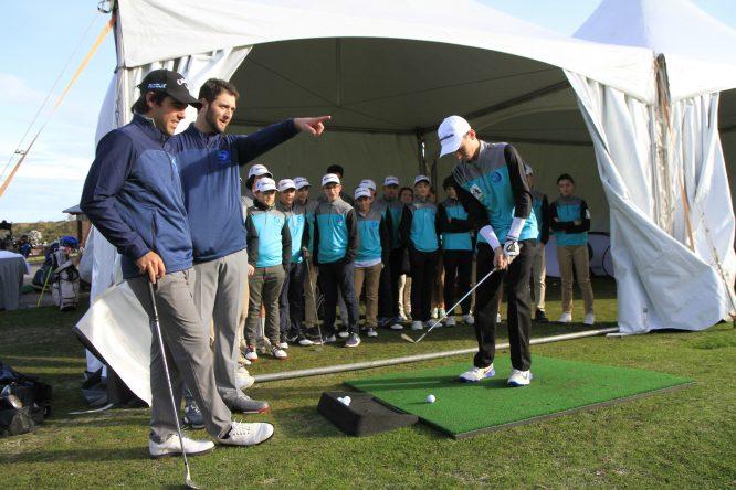 Jon Rahm con niños en el campo de golf de La Arboleda. Foto: Manu Cecilio