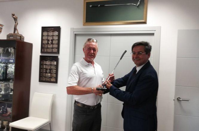 Jiménez le entrega a Pablo Mansilla, presidente de la Andaluza, el putter de campeón del British Senior.
