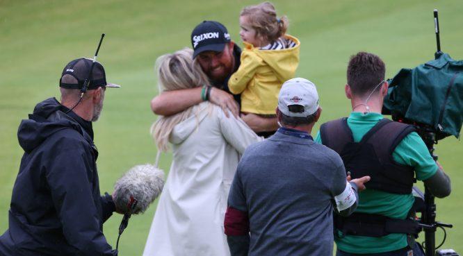 Shane Lowry abraza a su mujer Wendy y a su hija Iris tras ganar el Open Championship 2019. © Golffile | David Lloyd