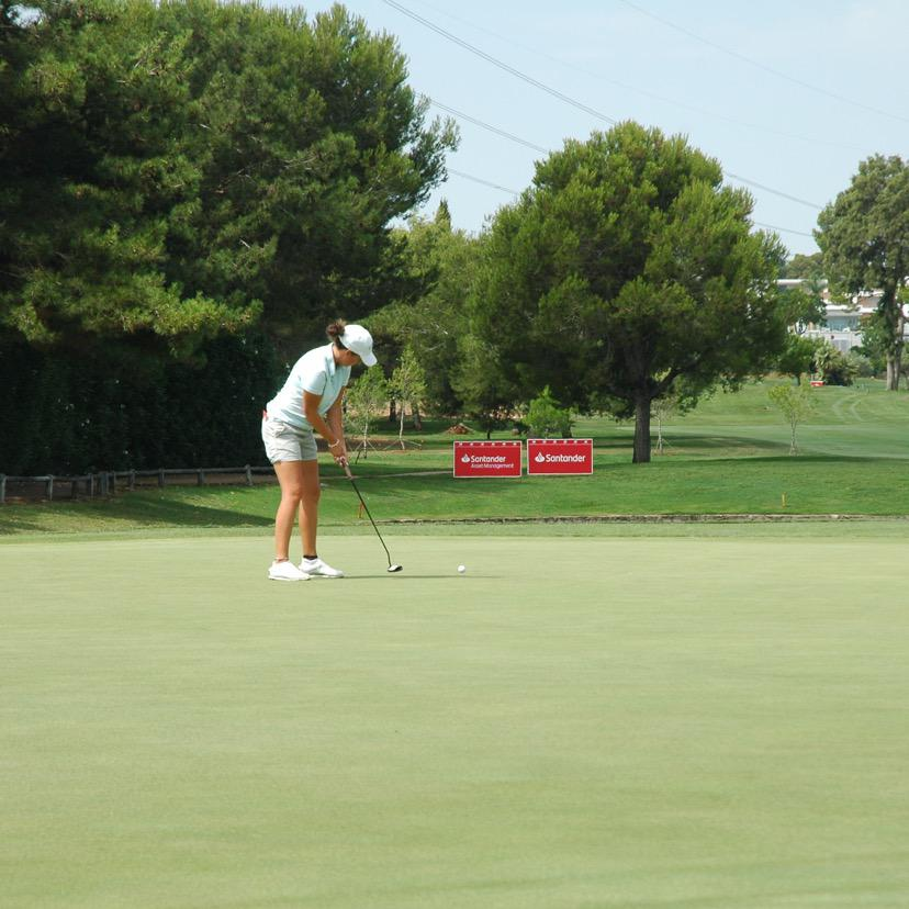 Charlotte Leathem, líder tras la primera ronda del Santander Golf Tour LETAS Valencia.