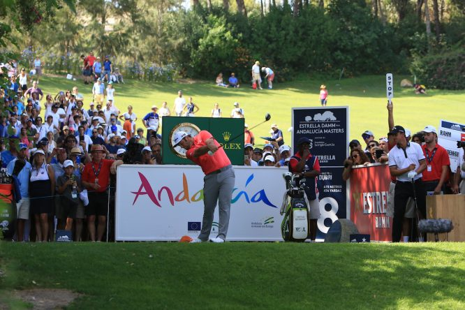 Jon Rahm pega su golpe de salida en la última ronda del Estrella Damm Andalucía Masters. (© Golffile | Thos Caffrey)