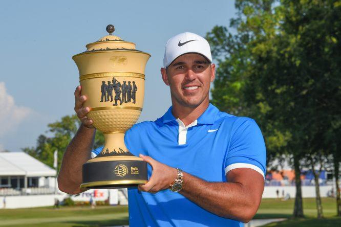 Brooks Koepka posa con el trofeo de ganador del WGC FedEx St. Jude Invitational. © Golffile | Ken Murray