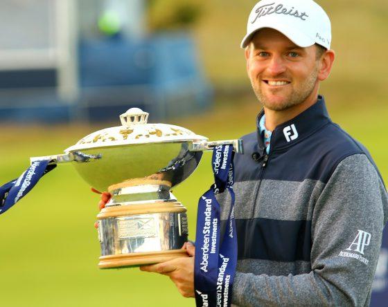 Bernd Wiesberger posa con el trofeo de campeón del Open de Escocia. © Golffile | Kevin McGlynn