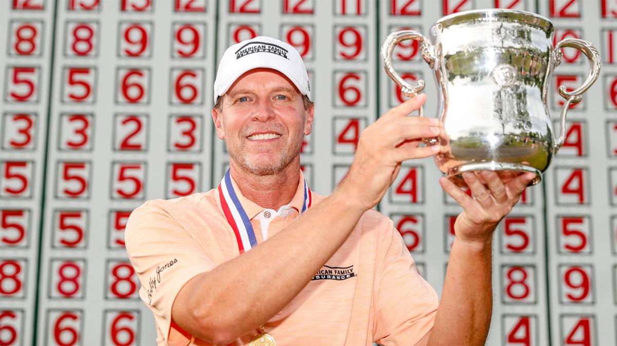 Steve Stricker, con el trofeo del US Senior Open © USGA