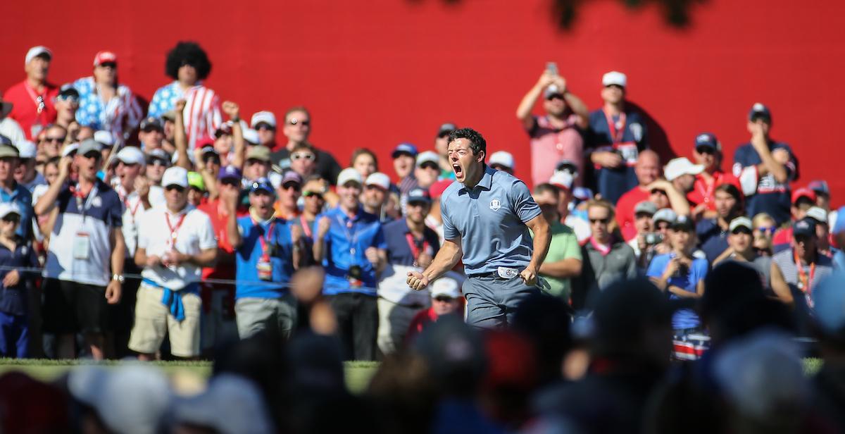 Rory McIlroy en el duelo individual ante Patrick Reed durante la jornada final de la Ryder Cup 2016. © Golffile | David Lloyd