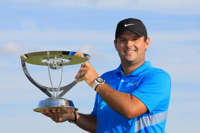 Patrick Reed posa con el trofeo de ganador del Northern Trust. © Golffile | Phil Inglis
