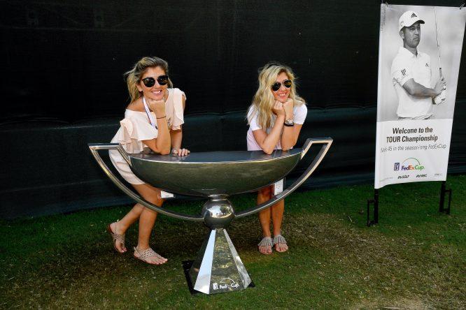 Dos aficionadas, con una réplica gigante del trofeo de la FedEx Cup © TOUR Championship