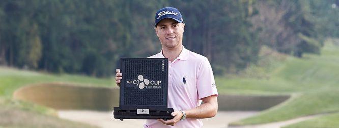 Justin Thomas posa con el trofeo de ganador de The CJ Cup. © PGA Tour