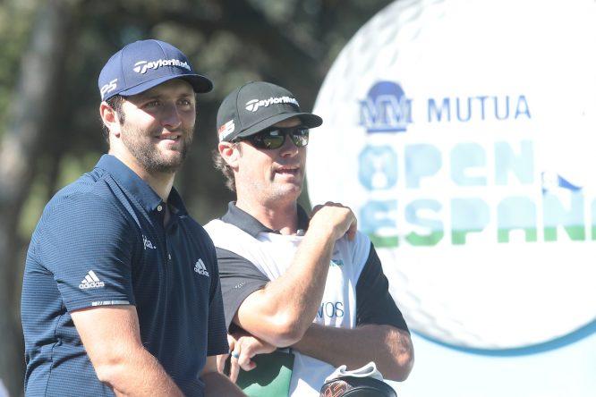 Jon Rahm y su caddie Adam Hayes la semana pasada en el Mutuactivos Open de España. © Golffile | Hugo Alcalde