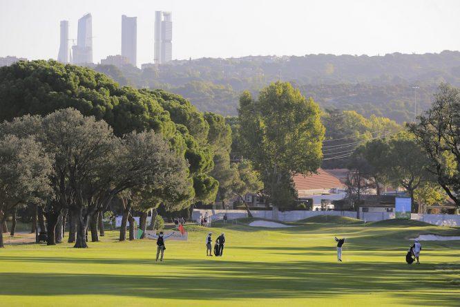 Vista del hoyo 1 del Club de Campo Villa de Madrid durante la tercera jornada del Mutuactivos Open de España. © Golffile | Hugo Alcalde
