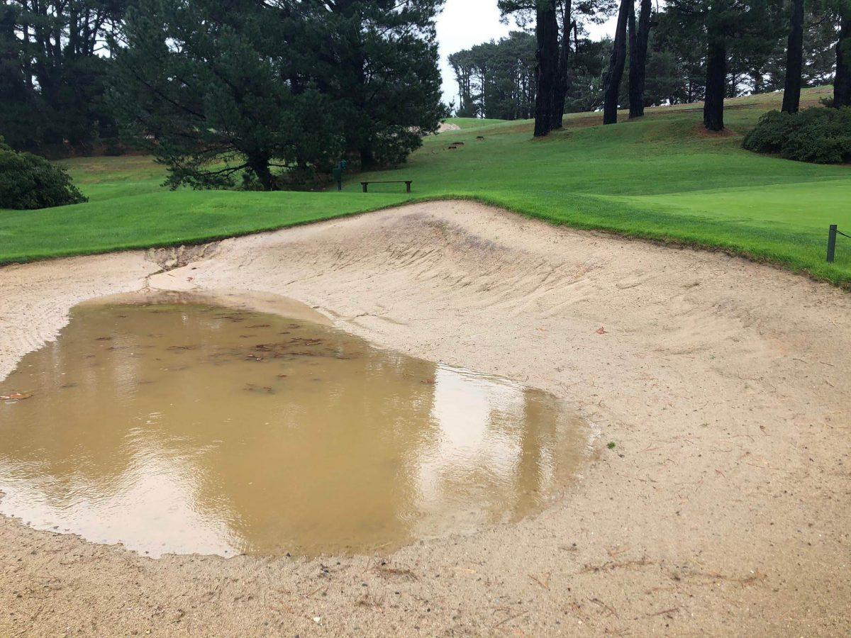 Estado en el que se encuentra uno de los bunkers del Real Club de Golf de Pedreña tras el temporal.