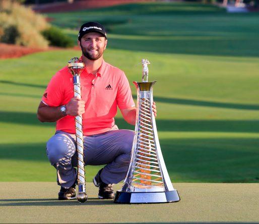 Jon Rahm posa con los trofeos de ganador del DP World Tour Championship y de la Race to Dubai 2019. © Golffile   Fran Caffrey