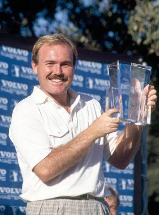 Ronan Rafferty posa con el trofeo del Volvo Masters 1989.