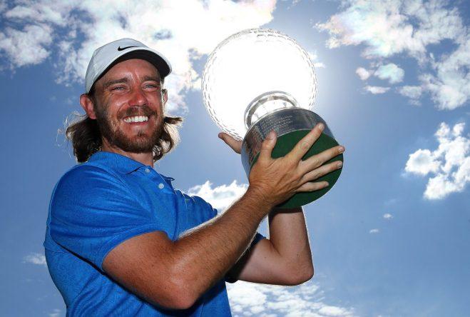 Tommy Fleetwood posa con el trofeo de ganador del Nedbank Golf Challenge. © Twitter European Tour