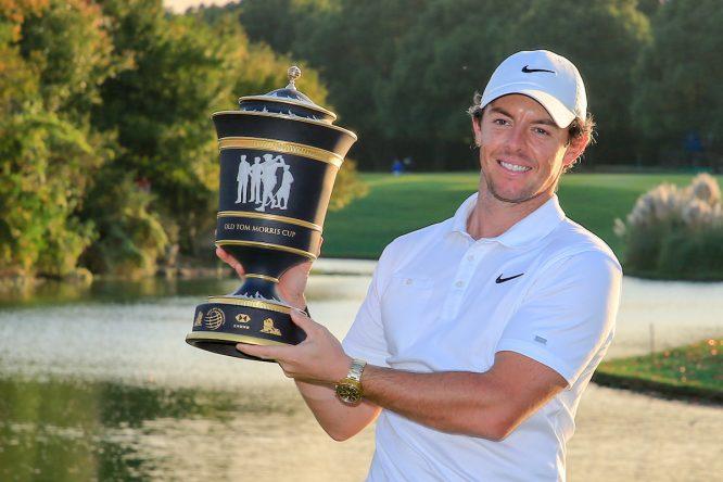Rory McIlroy posa con el trofeo de ganador del WGC HSBC Champions. © Golffile | Fran Caffrey