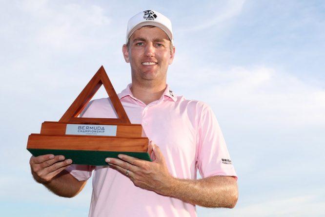 Brendon Todd, con el trofeo del Bermuda Championship © PGA Tour
