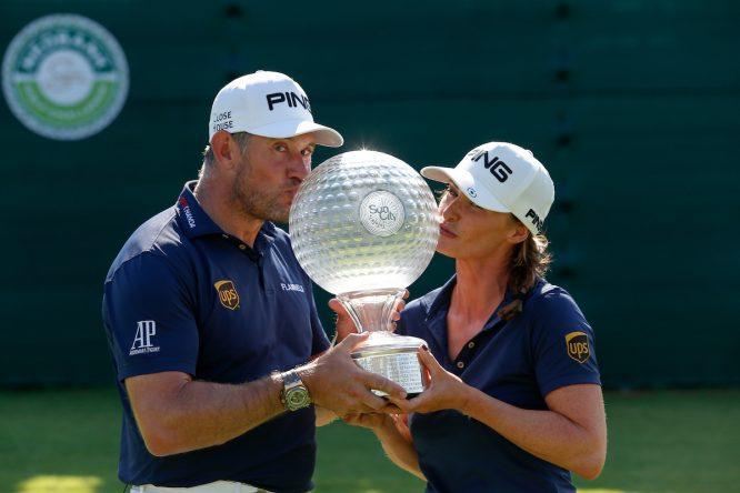 Westwood, ganador el pasado año, con su pareja ejerciendo de caddie © Golffile | Tyrone Winfield